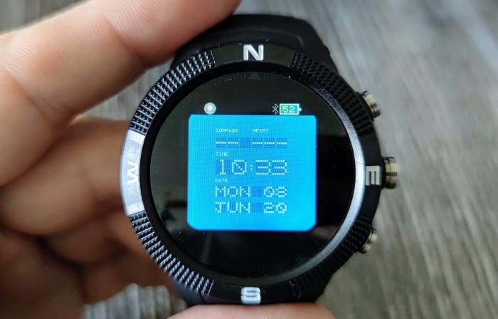 Die Bangle.js ist eine Open-Source-Smartwatch, die mit Javascript programmiert werden kann. (Bild: Tobias Költzsch/Golem.de)