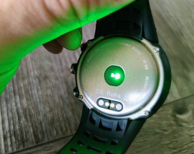 Die Smartwatch hat auf der Rückseite einen Pulsmesser eingebaut. (Bild: Tobias Költzsch/Golem.de)