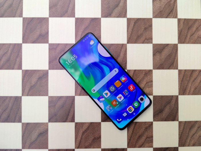 Das Poco F2 Pro von Xiaomi hat ein 6,67 Zoll großes Display. (Bild: Tobias Költzsch/Golem.de)