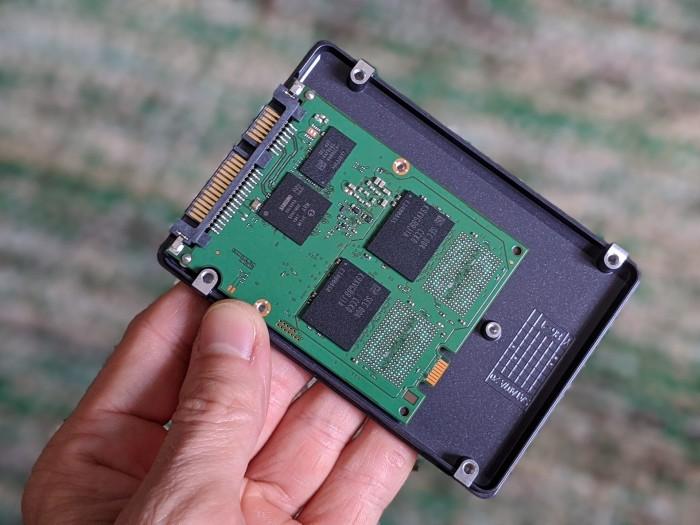 Im Inneren stecken Controller, DRAM und je zwei Packages auf der Vorder- sowie der Rückseite. (Bild: Marc Sauter/Golem.de)