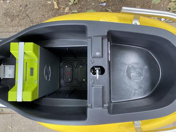 Unter der Sitzbank gibt es Stauram sowie einen Schacht für bis zu drei Akkus. (Bild: Dirk Kunde)