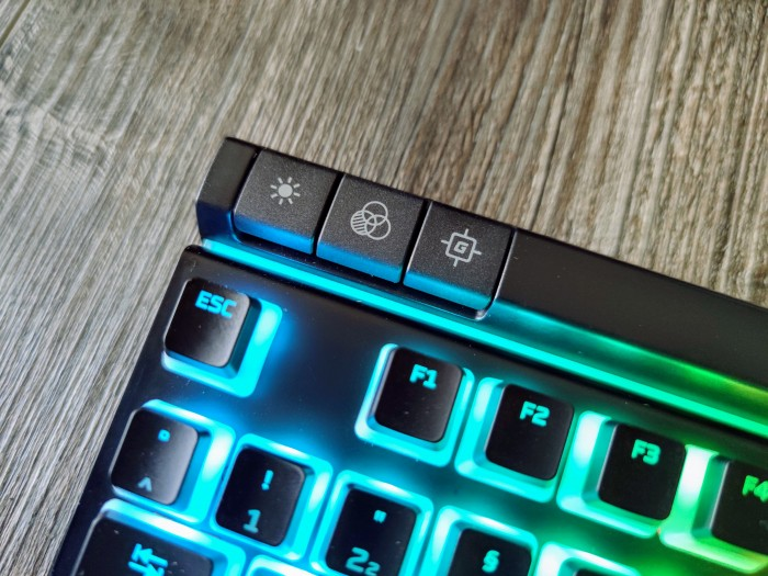 Die Helligkeit, die Profile und der Gaming-Modus können direkt auf der Tastatur gewählt werden. (Bild: Tobias Költzsch/Golem.de)
