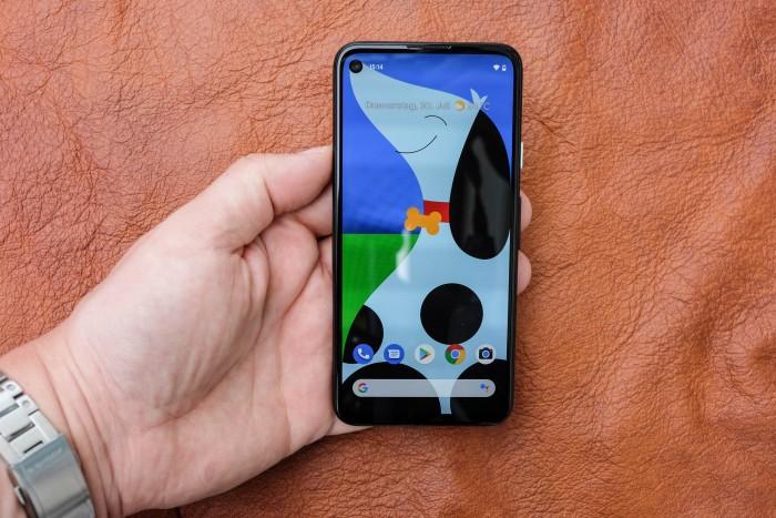 Das Pixel 4a hat dank einer direkt ins Display eingebauten Frontkamera einen schmalen Rahmen um den Bildschirm. (Bild: Tobias Költzsch/Golem.de)