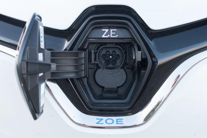 Das Auto hat zwei Anschlüsse: Typ 2... (Bild: Werner Pluta/Golem.de)