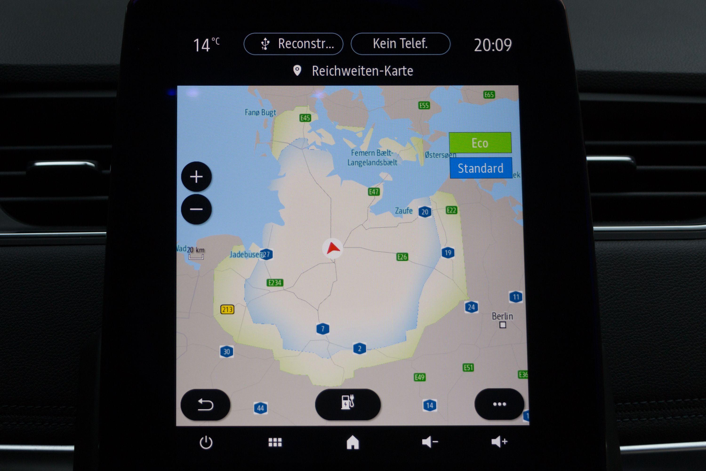 Renault Zoe: Ganz entspannt von Meer zu Meer - Das Navigationssystem zeigt unter anderem an, wie weit das Auto noch mit dem aktuellen Ladestand kommt. (Bild: Werner Pluta/Golem.de)