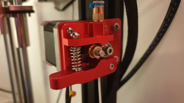 Durch den Stepper-Motor des Extruders wird das Filament eingezogen. (Bild: Oliver Nickel/Golem.de)