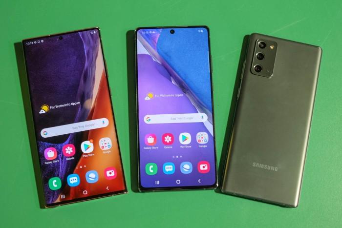 Das Galaxy Note 20 Ultra auf der linken Seite ist unwesentlich größer als das Galaxy Note 20 rechts daneben. (Bild: Tobias Költzsch/Golem.de)