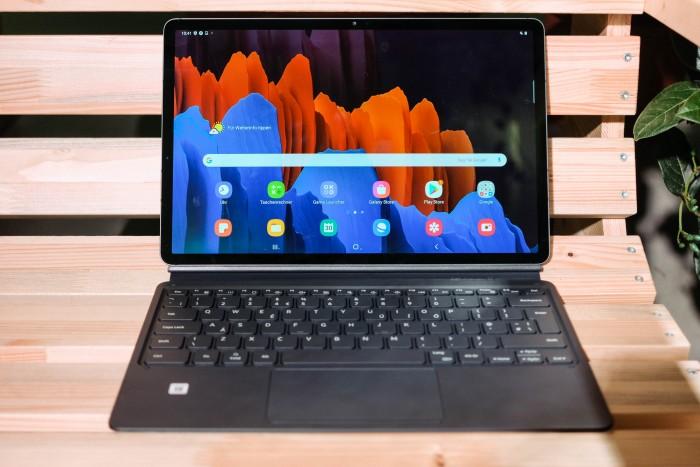 Das Galaxy Tab S7+ von Samsung mit dem optional erhältlichen Tastatur-Cover (Bild: Tobias Költzsch/Golem.de)