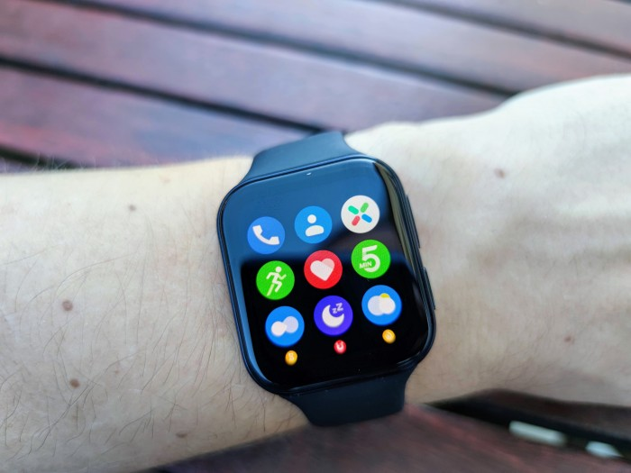 Die Oppo Watch läuft standardmäßig mit Wear OS, hier die App-Übersicht. (Bild: Tobias Költzsch/Golem.de)