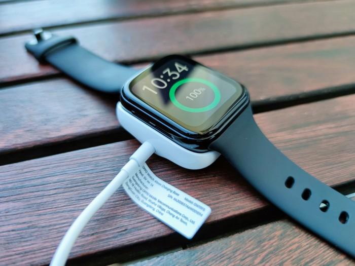Geladen wird die Oppo Watch über eine magnetische Ladeschale. (Bild: Tobias Költzsch/Golem.de)