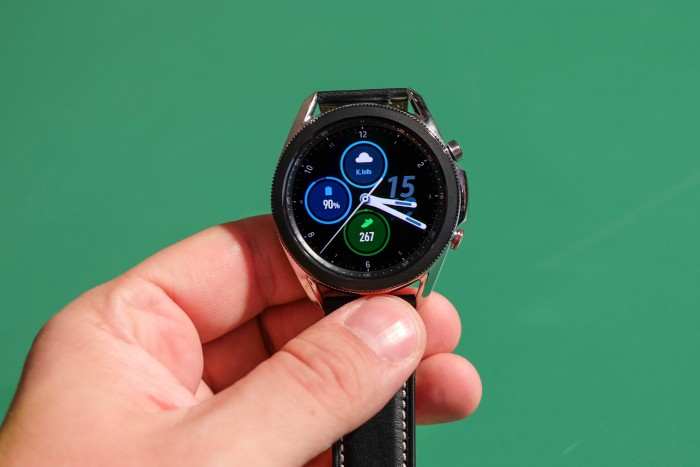 Die Galaxy Watch 3 hat eine Lünette um das Display. (Bild: Tobias Költzsch/Golem.de)