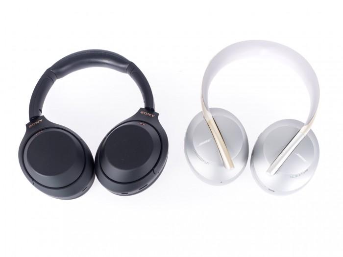 Sonys schwarzer WH-1000XM4 und danaben der silberne Noise Cancelling Headphones 700 von Bose (Bild: Martin Wolf/Golem.de)