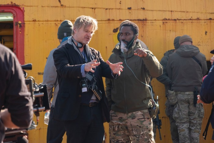 Christopher Nolan und John David Washington am Set von Tenet (Bild: Warner Bros.)