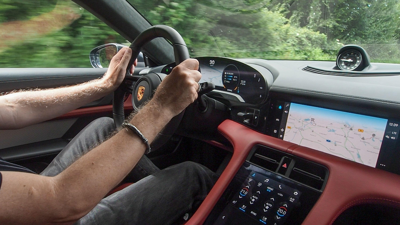 Test Porsche Taycan 4S: Dieses Auto ist Rock 'n' Roll - Das Cockpit ist mit mehreren Bildschirmen ausgestattet. (Bild: Petra Vogt)