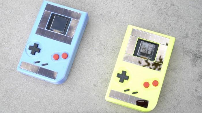 Der Engage ist ein Game-Boy-Klon, der durch Solarzellen und die Bewegung der Buttons mit Energie versorgt wird. (Bild: Northwestern University)