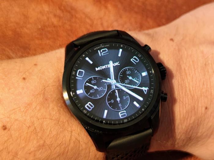 Die Montblanc Summit 2+ ist eine Wear-OS-Smartwatch mit einem runden AMOLED-Display. (Bild: Tobias Költzsch/Golem.de)
