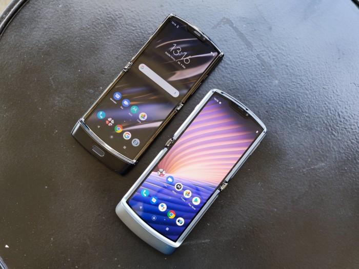 Motorolas Razr 5G (rechts) neben dem ersten Razr aus dem Jahr 2019 (Bild: Tobias Költzsch/Golem.de)