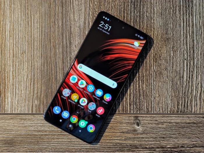 Das Poco X3 NFC von Xiaomi hat einen 6,67 Zoll großen Bildschirm. (Bild: Tobias Költzsch/Golem.de)