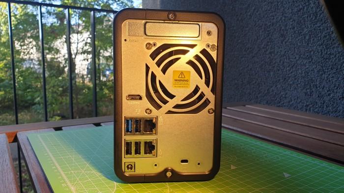 Auf der Rückseite sind genug USB-Anschlüsse vorhanden. (Bild: Oliver Nickel/Golem.de)