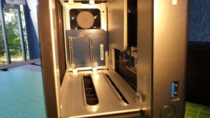 Ein Blick ins Innere zeigt Standard-SATA-Verbinder. (Bild: Oliver Nickel/Golem.de)