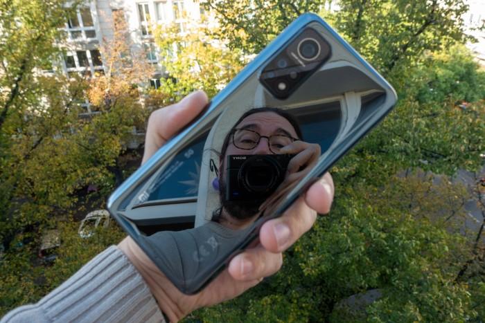 Die Rückseite des Mi 10T Pro ist stark spiegelnd. (Bild: Tobias Költzsch/Golem.de)
