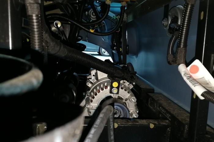 An der Vorderachse ist der 48-Volt-Motor von Valeo zu erkennen. (Foto: Friedhelm Greis/Golem.de)