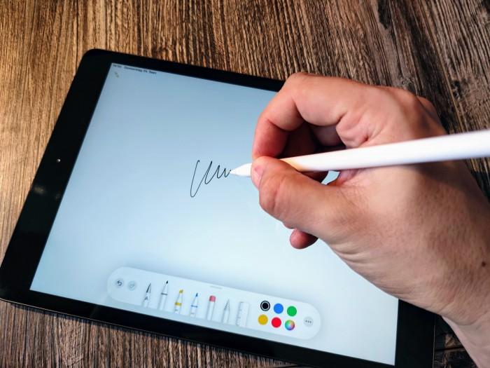 Mit dem Apple Pencil lässt sich auf dem iPad schreiben und zeichnen. (Bild: Tobias Költzsch/Golem.de)