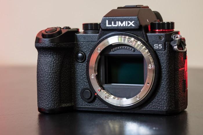 Riesiger Sensor, kleine Kamera - die Lumix DC-S5. (Bild: Martin Wolf / Golem.de)