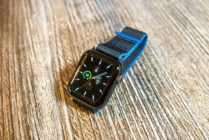 Die Apple Watch SE in der 40-mm-Version (Bild: Tobias Költzsch/Golem.de)