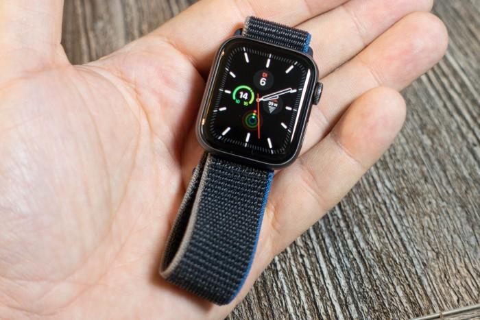 Die Apple Watch SE zeigt die Zeit nur an, wenn sie aktiv ist - ein Always-on-Display hat die Uhr nicht. (Bild: Tobias Költzsch/Golem.de)