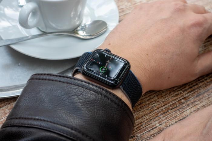 Die Watch SE unterscheidet sich auf den ersten Blick nicht von anderen Apple-Smartwatches. (Bild: Tobias Költzsch/Golem.de)