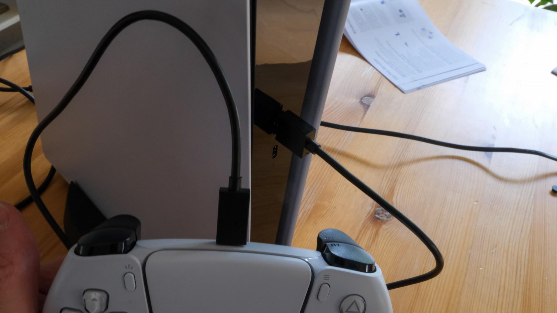 Next-Gen: Klingeling, jetzt ist auch die Playstation 5 da - Das Gamepad stellt wie schon bei der PS4 per Kabel den Erstkontakt zur Konsole her. (Bild: Golem.de/Peter Steinlechner)
