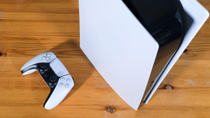 Die PS5 ist ganz schön hoch ... (Bild: Golem.de/Peter Steinlechner)