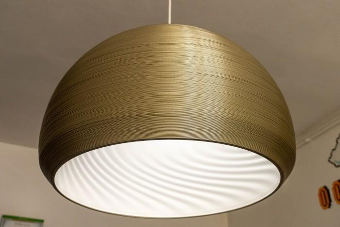 Die fertige Lampe ist der gerenderten sehr nahe. (Bild: Tobias Költzsch/Golem.de)