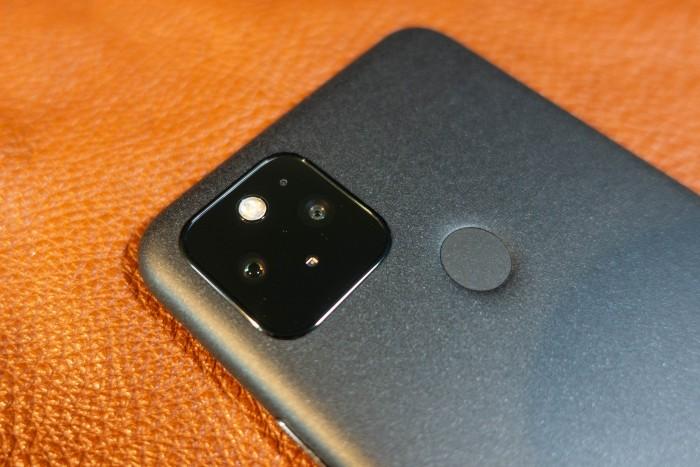 Auf der Rückseite ist eine Dualkamera eingebaut, die ein Weitwinkel- und ein Superweitwinkelobjektiv hat. (Bild: Tobias Költzsch/Golem.de)