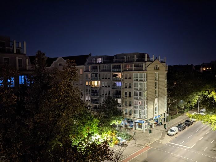 Mit dem Nachtaufnahmemodus können wir nicht nur Personen und Häuser fotografieren, ...