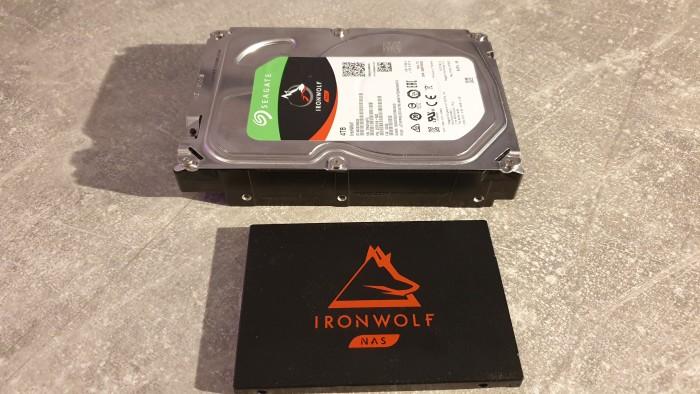 Seagate Ironwolf 125 (unten) und Seagate Ironwolf NAS (oben) (Bild: Oliver Nickel/Golem.de)