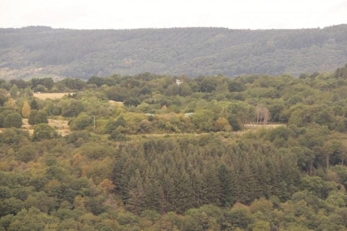 In der Mitte des Bildes sind die grünen Türme des Bunkers zu erkennnen. Im Hintergrund ist der Tower des Flugplatzes zu sehen. (Foto: Friedhelm Greis/Golem.de)