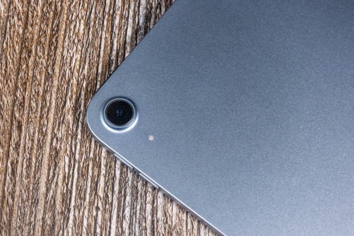 Die einzelne Kamera auf der Rückseite ist das gleiche Modell, das Apple auch beim iPad Pro verbaut. (Bild: Tobias Költzsch/Golem.de)