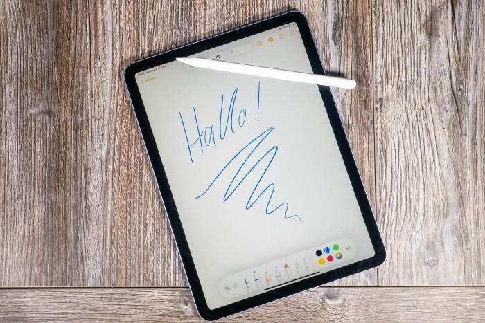 Der Apple Pencil 2 und das neue iPad Air (Bild: Tobias Költzsch/Golem.de)