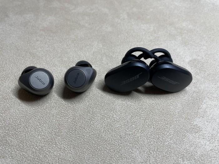 Größenvergleich Jabra Elite 85t und Bose Quiet Comfort Earbuds (Bild: Ingo Pakalski/Golem.de)