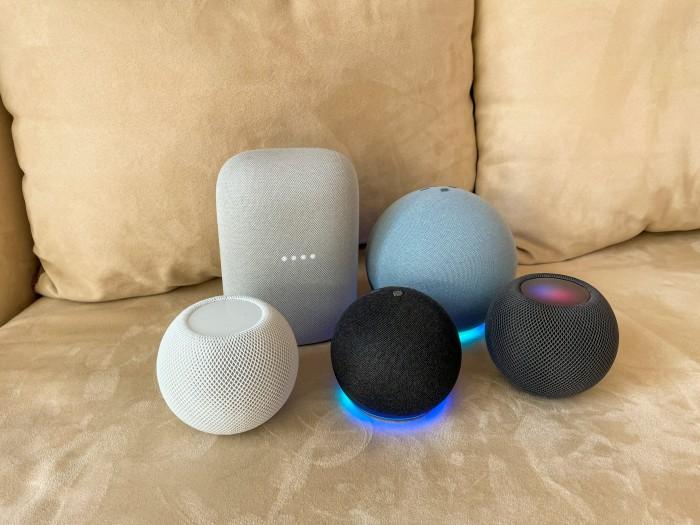 Nest Audio, Echo 4, Homepod Mini in weiß, Echo Dot 4 und Homepod Mini in schwarz lauschen gerade (Bild: Ingo Pakalski/Golem.de)