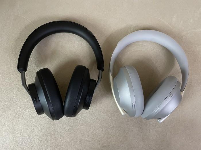 Freebuds Studio links und rechts daneben Boses Noise Cancelling Headphones 700 (Bild: Ingo Pakalski/Golem.de)