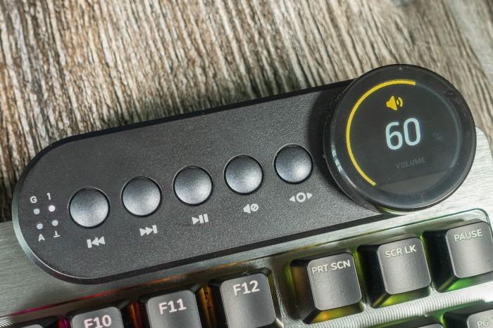 Das Media Dock bietet Medientasten sowie zahlreiche weitere Einstellungsmöglichkeiten über ein Drehrad mit Display. (Bild: Tobias Költzsch/Golem.de)