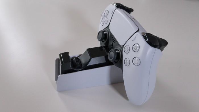 Die Gamepads müssen relativ genau in der Ladestation platziert werden. (Golem.de / Peter Steinlechner)