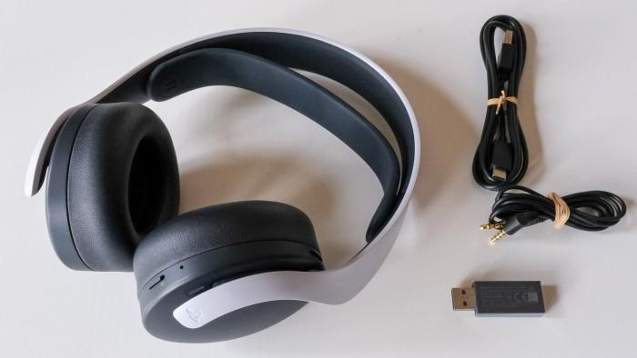 Das offizielle Headset für die PS5 mit allen Kabeln und einem Adapter. (Golem.de / Peter Steinlechner)