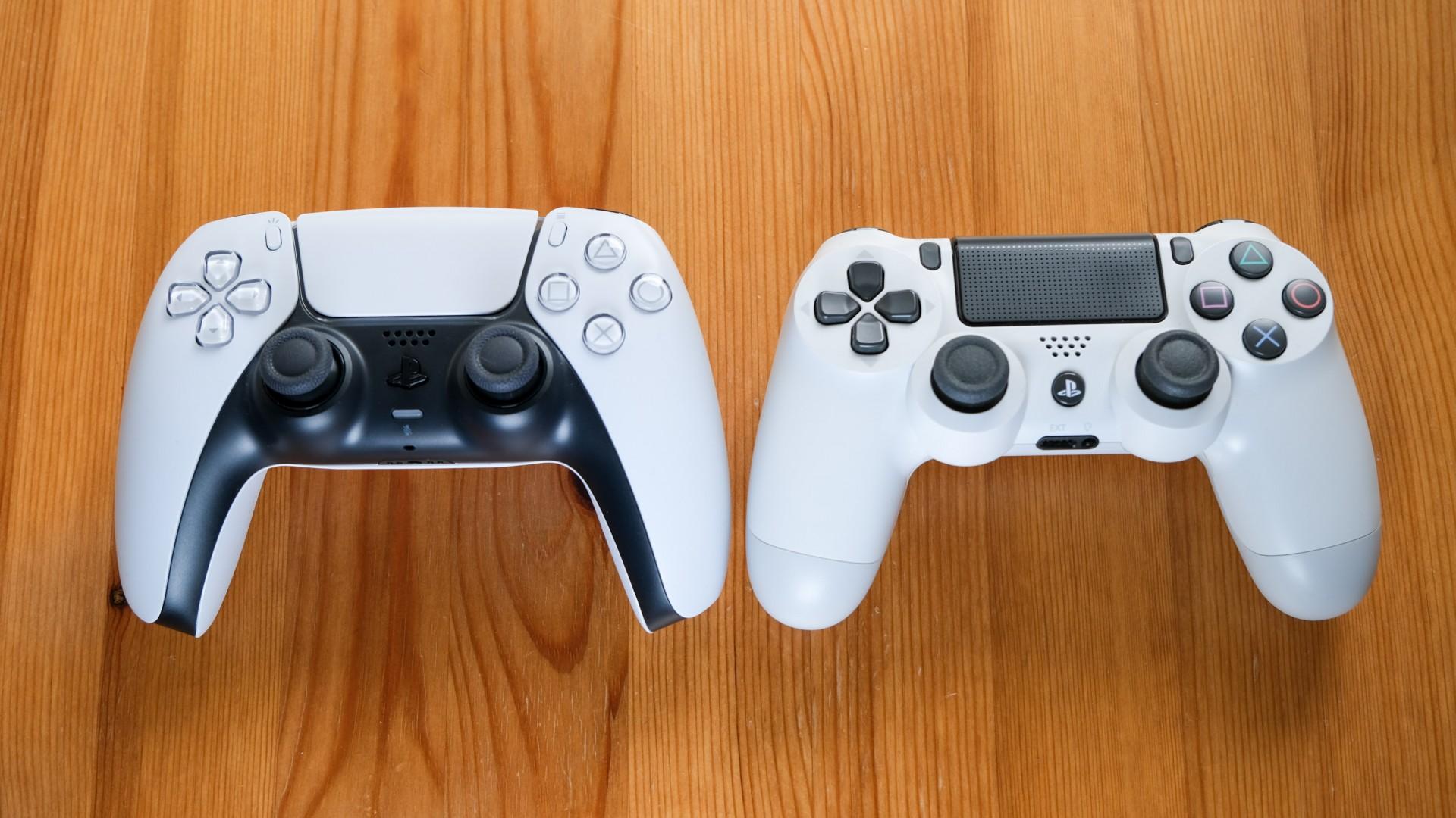 Next-Gen im Test: Playstation 5 liefert Bling-Bling und Begeisterung - Der neue Dualsense (links) wiegt etwas mehr als der Dualshock der PS4. (Bild: Foto: Golem.de/Peter Steinlechner)