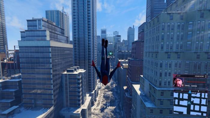 Miles als Neu-Spidy trudelt teils recht wild durch die Häuserschluchten. (PS5, Bild: Sony/Screenshot: Golem.de)