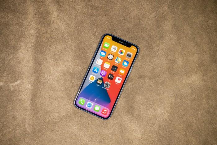 Das iPhone 12 Mini von Apple hat einen 5,4 Zoll großen Bildschirm. (Bild: Tobias Költzsch/Golem.de)