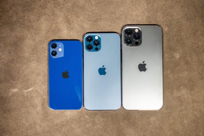 Die drei aktuellen iPhone-Größen im Vergleich: das iPhone 12 Mini, das iPhone 12 Pro und das iPhone 12 Pro Max, von links nach rechts (Bild: Tobias Költzsch/Golem.de)